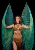 Bailarín de vientre joven que presenta con las alas de ISIS fotos de archivo