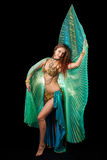 Bailarín de vientre joven que presenta con las alas de ISIS Foto de archivo