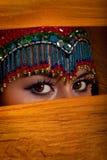 Bailarín de vientre que mira a escondidas de detrás velo Imagenes de archivo