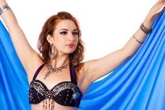 Bailarín de vientre que presenta con velo azul fotos de archivo libres de regalías