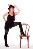Bailarín del cabaret que presenta con la pierna en silla foto de archivo libre de regalías
