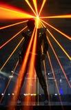 Bailarín del club contra rayos del laser Imágenes de archivo libres de regalías