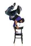 Bailarín del estilo de Hip Hop que realiza el usind una silla Imagenes de archivo