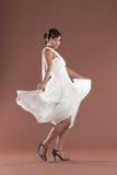 Bailarín del flamenco en la alineada blanca imagenes de archivo