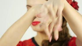 Bailarín del flamenco del primer en un fondo ligero 4K almacen de video
