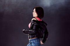Bailarín del hip-hop de la mujer joven en el fondo Fotografía de archivo libre de regalías