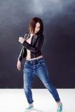 Bailarín del hip-hop de la mujer joven en el fondo Fotos de archivo libres de regalías