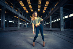 Bailarín del hip-hop en un pasillo industrial abandonado Imagen de archivo libre de regalías