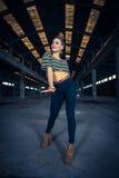 Bailarín del hip-hop en un pasillo industrial abandonado Foto de archivo