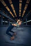 Bailarín del hip-hop en un pasillo industrial abandonado Fotografía de archivo