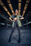 Bailarín del hip-hop en un pasillo industrial abandonado Imágenes de archivo libres de regalías