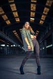 Bailarín del hip-hop en un pasillo industrial abandonado Imagen de archivo