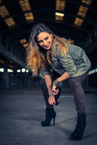Bailarín del hip-hop en un pasillo industrial abandonado Fotografía de archivo libre de regalías