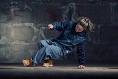 Bailarín del salto de la cadera en estilo moderno sobre la pared de ladrillo Fotos de archivo