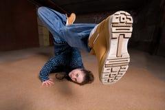 Bailarín del salto de la cadera en estilo moderno sobre la pared de ladrillo Fotos de archivo libres de regalías