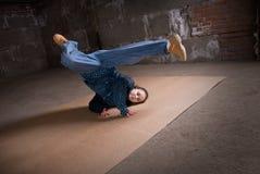 Bailarín del salto de la cadera en estilo moderno sobre la pared de ladrillo Fotografía de archivo libre de regalías