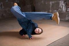 Bailarín del salto de la cadera en estilo moderno sobre la pared de ladrillo Imagen de archivo libre de regalías