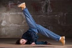 Bailarín del salto de la cadera en estilo moderno sobre la pared de ladrillo Imágenes de archivo libres de regalías