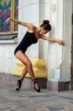 Bailarín delgado hermoso de la mujer de los deportes en un traje y un pointe negros Fotografía de archivo libre de regalías