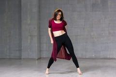 Bailarín delgado joven que presenta en estudio Imagen de archivo