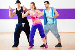 Bailarín en el entrenamiento de la aptitud de Zumba en estudio de la danza imagenes de archivo