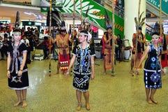 Bailarín en el traje de Murut Foto de archivo libre de regalías