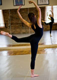 Bailarín en espejo Foto de archivo libre de regalías