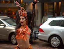 Bailarín en lluvia durante la procesión de la samba en la vigésima sexta Helsinki Samba Carnaval Fotos de archivo libres de regalías
