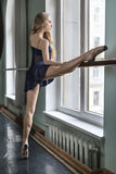 Bailarín en pasillo del ballet imagen de archivo libre de regalías