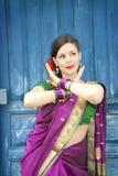 Bailarín en sari india Foto de archivo