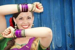 Bailarín en sari india Imagenes de archivo