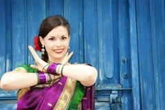 Bailarín en sari india Imágenes de archivo libres de regalías