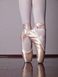 Bailarín en zapatos del pointe del ballet Imagenes de archivo