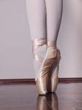 Bailarín en zapatos del pointe del ballet fotografía de archivo libre de regalías