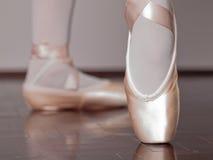 Bailarín en zapatos del pointe del ballet foto de archivo