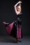 Bailarín español atractivo sobre obscuridad Fotos de archivo libres de regalías