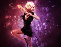 Bailarín hermoso de la muchacha en vestido negro en actitud creativa sobre arte Imagenes de archivo