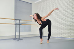 Bailarín hermoso de la mujer en el mono negro que baila agraciado ballet en el estudio Fotos de archivo libres de regalías