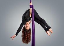 Bailarín hermoso en la seda aérea, contorsión aérea Fotografía de archivo libre de regalías