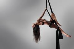 Bailarín hermoso en la seda aérea, tela fotos de archivo