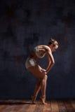 Bailarín hermoso joven en el baile beige del traje de baño Fotos de archivo
