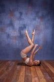Bailarín hermoso joven en el baile beige del traje de baño Foto de archivo