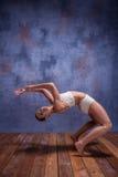 Bailarín hermoso joven en el baile beige del traje de baño Imagen de archivo libre de regalías