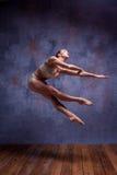 Bailarín hermoso joven en el baile beige del traje de baño Imágenes de archivo libres de regalías