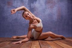 Bailarín hermoso joven en el baile beige del traje de baño Fotografía de archivo