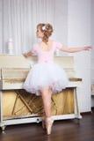 Bailarín hermoso joven que presenta en estudio de la danza Fotografía de archivo