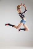 Bailarín hermoso joven que salta en estudio Fotografía de archivo