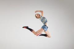 Bailarín hermoso joven que salta en estudio Fotos de archivo