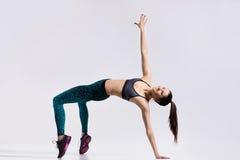 Bailarín hermoso que hace ejercicio del puente Fotos de archivo