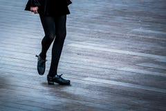 Bailarín irlandés con un vestido negro fotografía de archivo libre de regalías